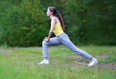 Forma fisica, sport, esercizio, concetto di allenamento - donna che fa esercizio Fotografie Stock Libere da Diritti
