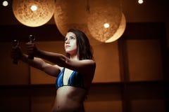 Forma fisica, sport, potere che solleva esercitazione sportiva della donna Donna scura di forma fisica che risolve con le teste d Fotografia Stock Libera da Diritti