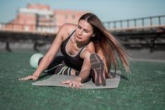 Forma fisica sul tetto, allungamento sportivo della donna Fotografia Stock Libera da Diritti