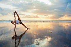 Forma fisica sulla spiaggia di tramonto Fotografie Stock