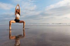 Forma fisica sulla spiaggia di tramonto Immagini Stock Libere da Diritti