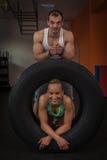 Forma fisica - una giovane coppia che pratica nella piccola palestra fotografie stock