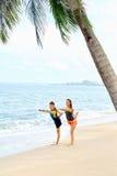 Forma fisica Yoga di pratica delle coppie sulla spiaggia esercitarsi sport St Immagini Stock Libere da Diritti