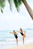 Forma fisica Yoga di pratica delle coppie sulla spiaggia esercitarsi sport St Fotografia Stock