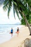 Forma fisica Yoga di pratica delle coppie sulla spiaggia esercitarsi sport St Immagine Stock