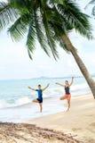 Forma fisica Yoga di pratica delle coppie sulla spiaggia esercitarsi sport St Immagine Stock Libera da Diritti