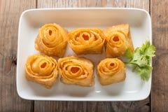 Forma fritta del fiore del wonton Fotografie Stock