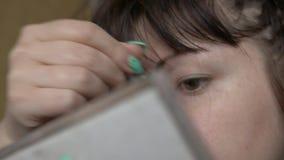 Forma hermosa de la belleza del drenaje de la mujer de cejas usando cepillo cosmético almacen de video