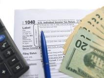 Forma individual 1040, calculadora, pluma de la declaración de impuestos Foto de archivo libre de regalías