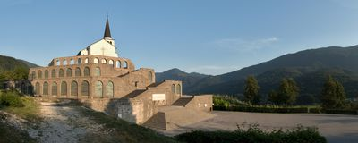 Forma italiana de la sepulcral-casa la Primera Guerra Mundial sobre Kobarid en Julian Alps en Eslovenia Imágenes de archivo libres de regalías