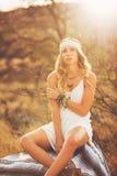 Forma, jovem mulher fora no por do sol fotografia de stock royalty free