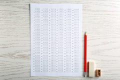 Forma, lápiz y borrador del examen fotos de archivo