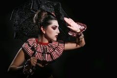 Forma listrada vestindo da mulher com iluminação dramática imagem de stock royalty free
