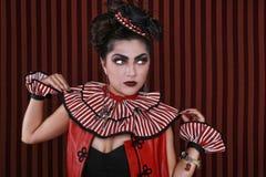 Forma listrada vestindo da mulher com iluminação dramática fotografia de stock