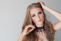 Forma loura dos olhos azuis da menina bonita Imagem de Stock