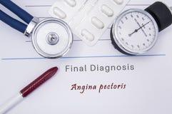 Forma médica de papel con la diagnosis de la angina de pecho en la cual mentira el estetoscopio, el monitor de la presión arteria imagen de archivo