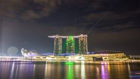 Forma Marina Bay Sands de la luz verde en Singapur Imagen de archivo