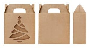 A forma marrom da árvore de Natal da janela da caixa cortou o molde de empacotamento, fundo branco isolado da caixa de kraft cart imagens de stock