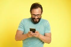 Forma masculina Moderno caucasiano brutal com bigode Moderno maduro com barba Cuidado facial Homem farpado chatting imagem de stock