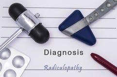 Forma medica stampata con radicolopatia di diagnosi del testo, due martelli riflessi neurologici medici, pillole della medicina i fotografia stock
