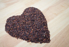Forma negra tailandesa del corazón de la baya del arroz del arroz del jazmín Foto de archivo libre de regalías