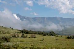 A forma??o de rocha geological do anfiteatro perto de Witsieshoek, fazendo parte da cordilheira do norte de Drakensberg, ?frica d imagem de stock royalty free