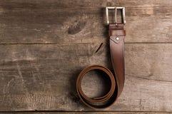 Forma ocasional e equipamentos dos homens na tabela de madeira, configuração lisa, vista superior fotos de stock royalty free
