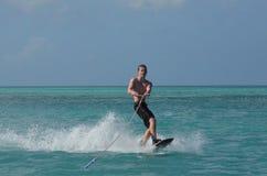 Forma perfecta Wakeboarding de la costa de Aruba foto de archivo libre de regalías