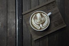 Forma piacevole del servire del caffè di arte del latte sul piatto di legno fotografia stock