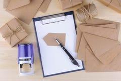 Forma postal con una pluma y sello al lado de los paquetes y de los sobres Concepto de la salida fotografía de archivo libre de regalías