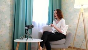 Forma que Blogging Vídeo do película da mulher sobre acessórios em casa filme