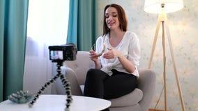 Forma que Blogging Vídeo do película da mulher sobre acessórios em casa video estoque