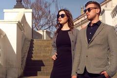 Forma que olha óculos de sol vestindo dos pares Fotografia de Stock Royalty Free