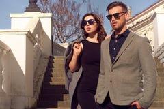 Forma que olha óculos de sol vestindo dos pares Foto de Stock Royalty Free