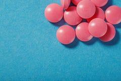 Forma redonda dos comprimidos médicos com sombras expressivos Foto de Stock