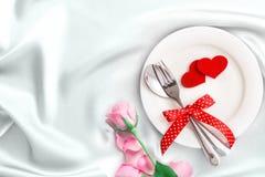 forma roja del corazón con la placa vacía blanca con la bifurcación y la cuchara encendido Imágenes de archivo libres de regalías