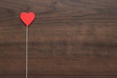 Forma roja del corazón en el palillo fotos de archivo