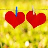 Forma roja del corazón en la fijación del papel de nota a rope Imagen de archivo