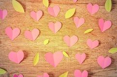 Forma rosa e foglia del cuore del taglio della carta Immagini Stock