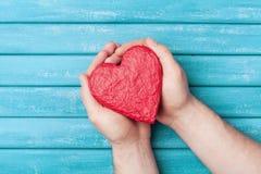 Forma rossa del cuore nella vista superiore delle mani Concetto di donazione e sano dell'organo, del donatore, di speranza e di c immagini stock libere da diritti