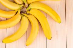 Forma rotonda della banana come fiore su legno Fotografia Stock