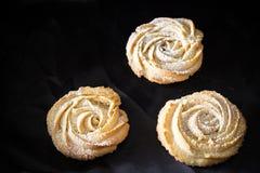 Forma rotonda delle rose dei biscotti di biscotto al burro Su fondo nero prescelto fotografia stock