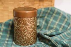Forma sottile del cilindro del contenitore della latta del metallo per tè fotografia stock libera da diritti