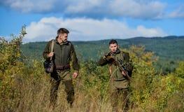 Forma uniforme militar Amizade de caçadores dos homens Habilidades da caça e equipamento da arma Como caça da volta no passatempo imagem de stock royalty free