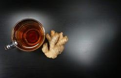 Forma velha do porcelein do copo de chá com o gengibre fresco no fundo preto pelo tempo do chá do chá de tarde! imagem de stock royalty free