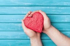 Forma vermelha do coração na opinião superior das mãos Conceito saudável, da doação do órgão, do doador, da esperança e da cardio imagens de stock royalty free
