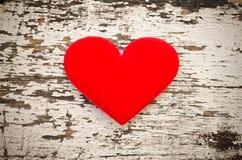 Forma vermelha do coração no fundo de madeira no estilo do vintage Fotografia de Stock