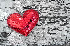 Forma vermelha do coração no fundo de madeira no estilo do vintage Fotografia de Stock Royalty Free