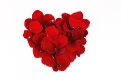 Forma vermelha do coração pelas pétalas cor-de-rosa vermelhas Fotografia de Stock Royalty Free