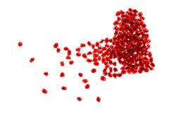 Forma vermelha do coração quebrado feita de sementes da romã Fotografia de Stock